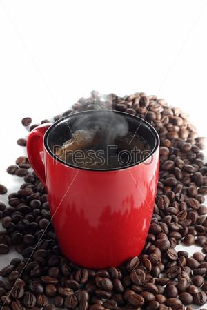 Кружка кофе и кофейные зерна
