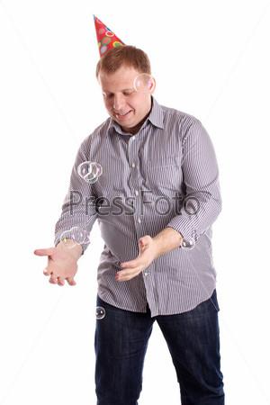 Фотография на тему Мужчина с мыльными пузырями на белом фоне