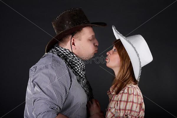 Молодая пара на черном фоне