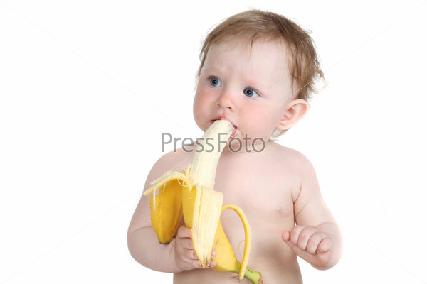 Маленькая девочка ест банан на белом фоне