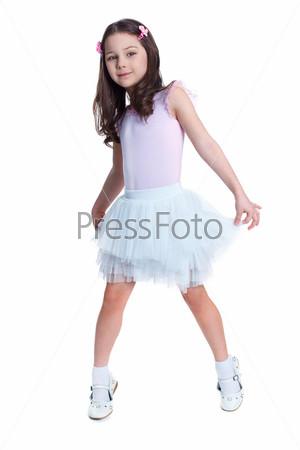 Девочка в танцевальном костюме на белом фоне