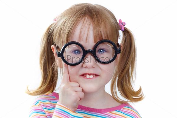 Фотография на тему Смешная девочка в очках на белом фоне