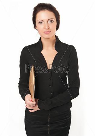 Молодая женщина в деловом черном платье с документами на белом фоне