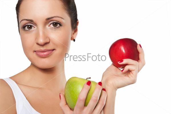Улыбающаяся женщина с красным и зеленым яблоками на белом фоне
