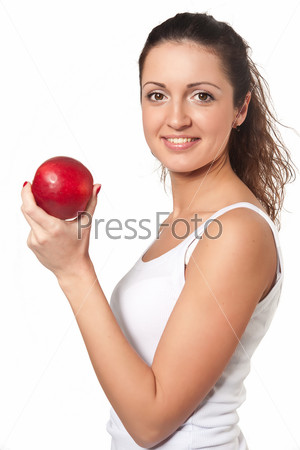 Улыбающаяся женщина с красным яблоком на белом фоне