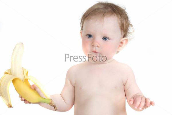 Маленькая голубоглазая девочка ест банан на белом фоне