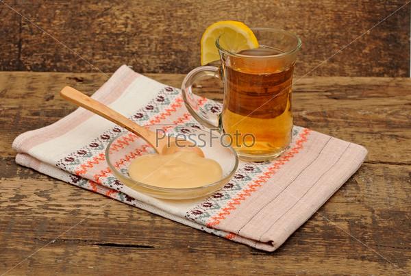 Фотография на тему Чай с лимоном и мед на деревянном столе