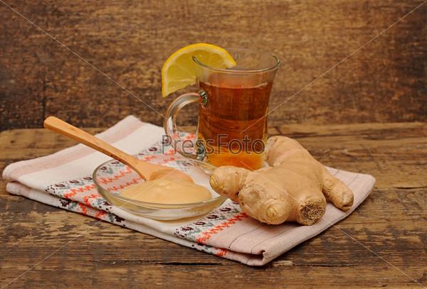 Чай с лимоном, имбирь и мед на деревянном столе