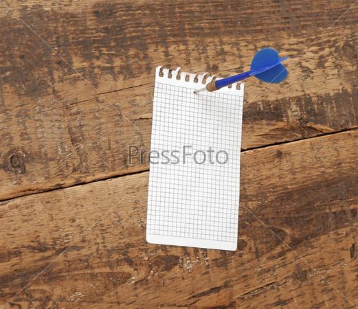 Блокнотный лист, пригвожденный дротиком