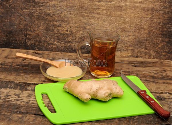 Фотография на тему Корень имбиря, кружка чая и мед