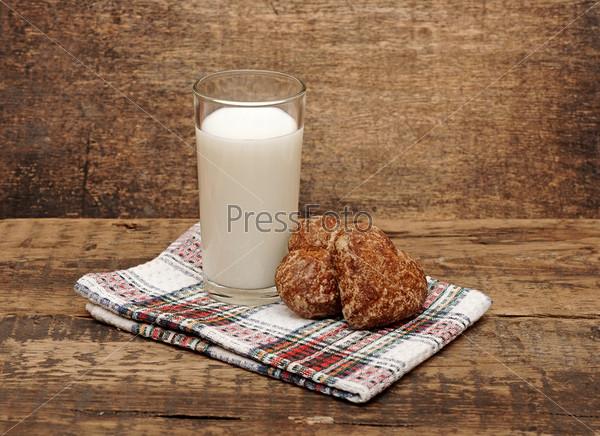 Свежее молоко и пряники на деревянном столе