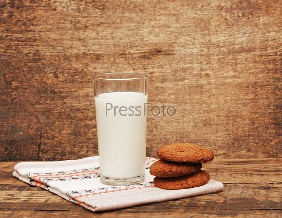 Свежее молоко и печенье на деревянном столе