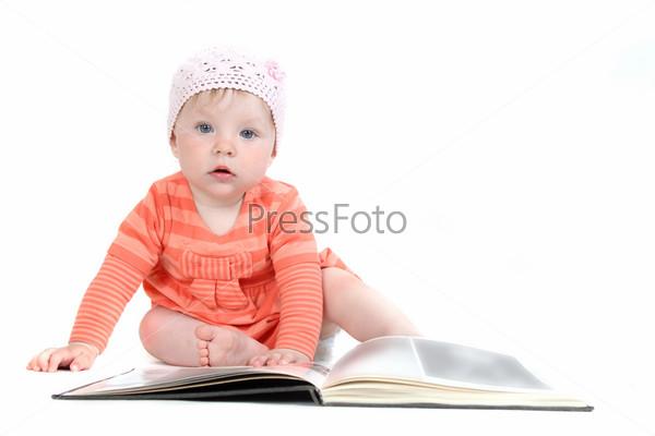 Фотография на тему Маленькая девочка с книгой на белом фоне