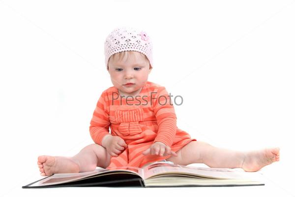 Маленькая девочка с книгой на белом фоне