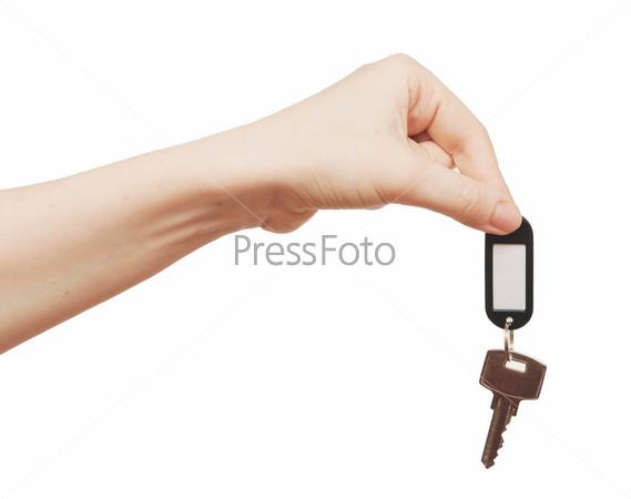 Ключ с ярлыком в руке на белом фоне