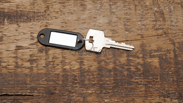Ключ на деревянном столе