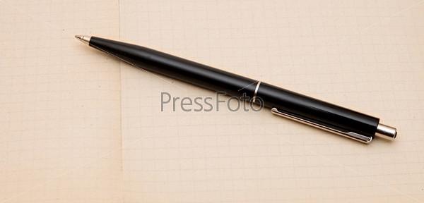 Фотография на тему Блокнот с ручкой на деревянном столе