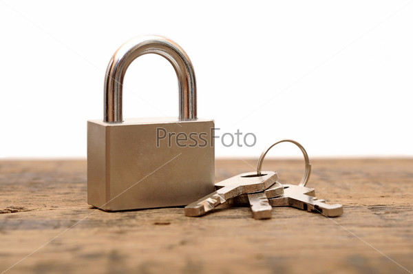Замок и ключи на деревянном столе
