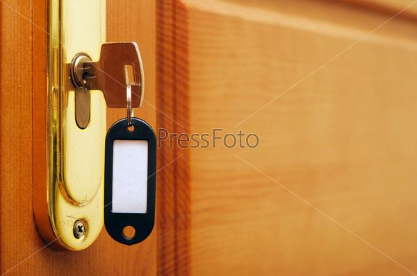 Ключ в дверном замке