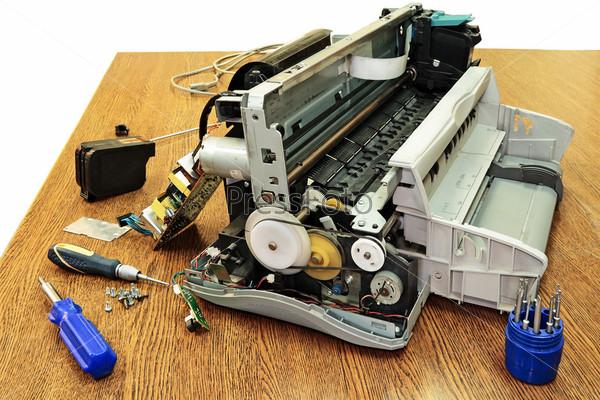 Разобранный принтер, изолированный на белом фоне