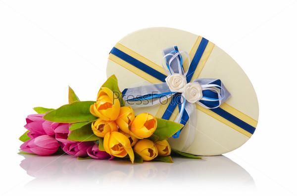 Подарочная коробка и букет тюльпанов