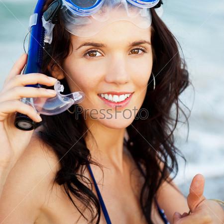 Портрет девушки с маской и трубкой для плавания