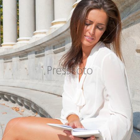 Портрет красивой девушки с книгой