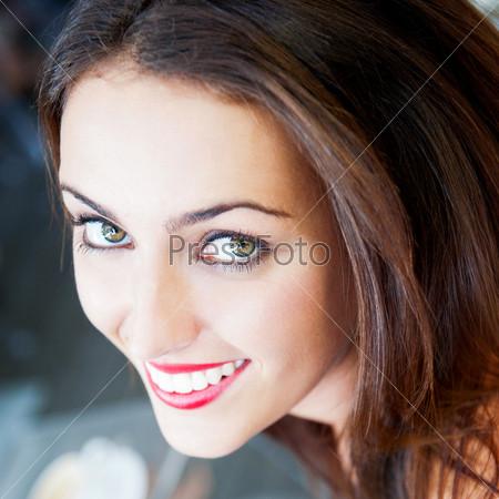 Симпатичная девушка в летнем кафе