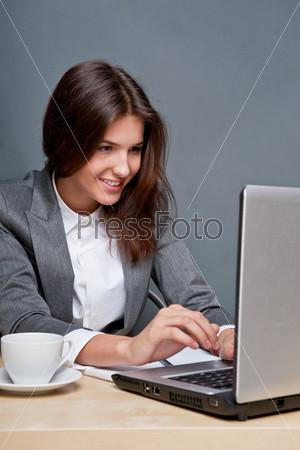 Фотография на тему Красивая деловая женщина работает в офисе