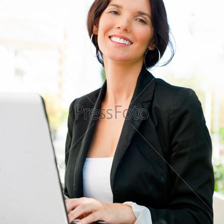 Фотография на тему Портрет молодой бизнес-леди с ноутбуком в летнем кафе