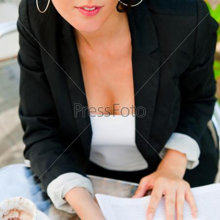 Портрет бизнес-леди с документами в летнем кафе в обеденное время