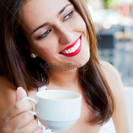 Портрет молодой женщины с чашечкой кофе