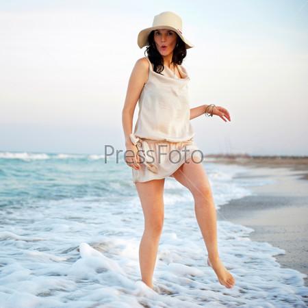 Фотография на тему Молодая красивая женщина на пляже