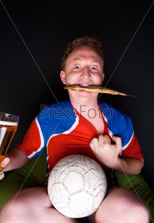 Фотография на тему Портрет молодого человека в бокалом пива