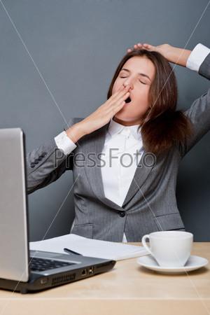 Фотография на тему Молодая бизнес-леди, работающая на компьютере в офисе