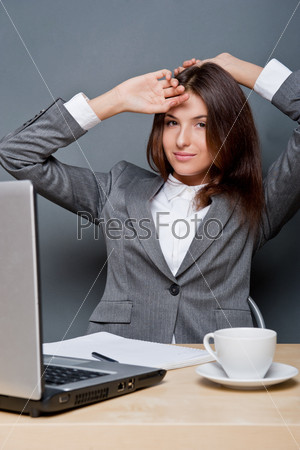 Молодая бизнес-леди, работающая на компьютере в офисе