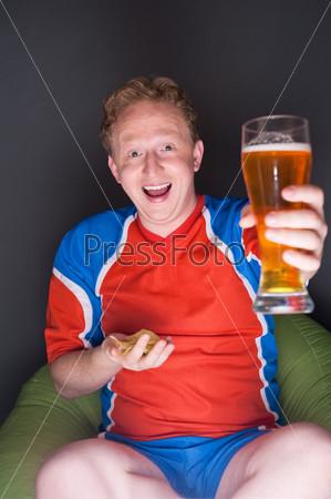 Портрет молодого человека в бокалом пива