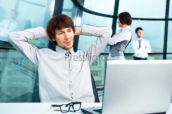 Портрет уверенного делового человека и его коллег в офисе