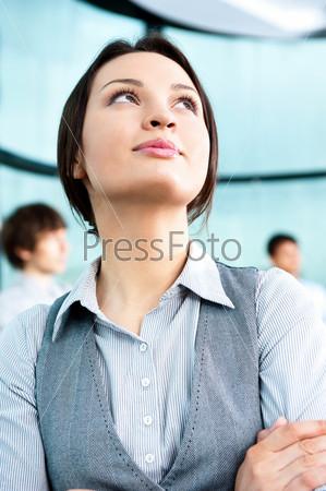 Портрет милой деловой женщины с коллегами в современном офисе