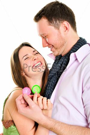 Безопасный секс. Обнимающаяся влюбленная пара с презервативами в руках, изолированная на белом фоне