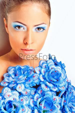 Великолепная женщина в платье с голубыми цветами на белом фоне