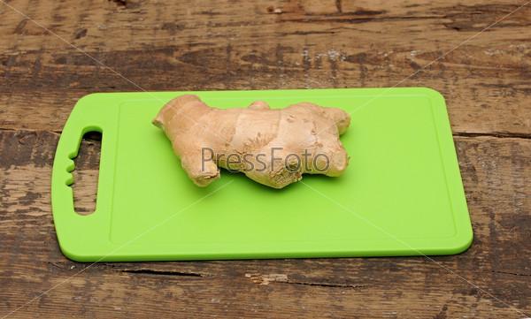 Корень имбиря на кухонной доске