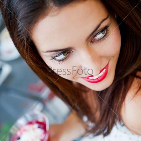 Портрет молодой женщины в кафе