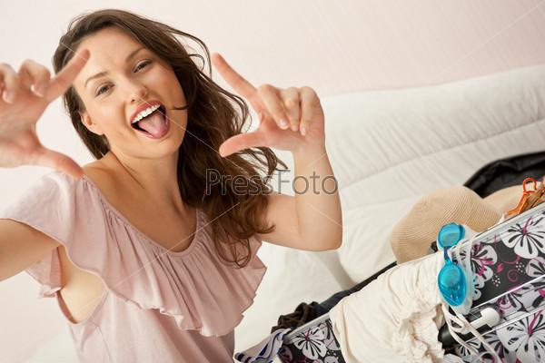 Портрет молодой женщины, готовящейся к отпуску