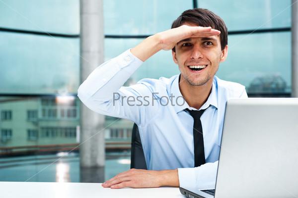 Фотография на тему Портрет молодого улыбающегося бизнесмена в офисе, смотрящего на камеру