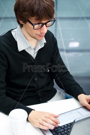 Деловой мужчина с ноутбуком на рабочем месте