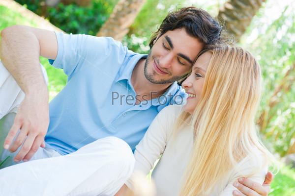 Портрет влюбленной пары, обнимающейся в парке