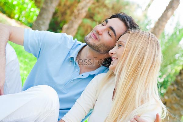 Фотография на тему Портрет влюбленной пары, обнимающейся в парке