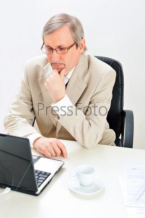 Портрет бизнесмена в офисе