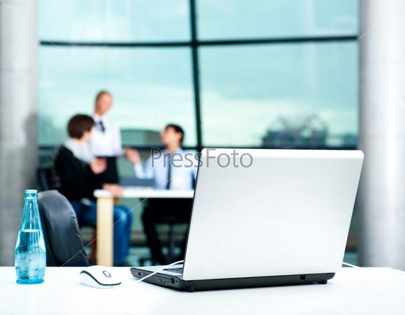 Фотография на тему Современный ноутбук на рабочем столе